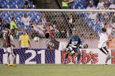 Fred marca de voleio o primeiro gol do Fluminense